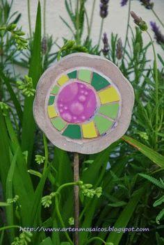 Mosaicos, trencadis, decoración jardín, stakes garden mosaic. http:www.artenmosaicos.blogspot.com