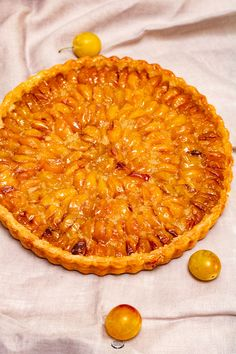 Tarte aux mirabelles - Recette facile Draining the yoghurt turns it into rich perfect with the sweet peaches. Pizza Recipes, Cake Recipes, Cooking Recipes, Plum Pie, Pasta Alternative, Party Cakes, Easy Desserts, Food Videos, Sweet Recipes