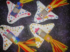 5ο ΝΗΠΙΑΓΩΓΕΙΟ ΧΡΥΣΟΥΠΟΛΗΣ: Κατασκευή : διαστημόπλοια Space Projects, School Projects, Preschool Books, Preschool Crafts, Alex Craft, Space Books, Sistema Solar, Kid Spaces, Solar System