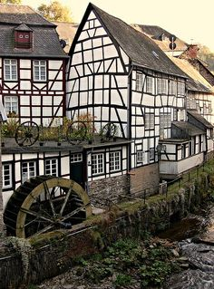 Monschau in der Eifel, Germany Places To Travel, Places To See, Wonderful Places, Beautiful Places, Places Around The World, Around The Worlds, Europe Centrale, German Houses, Nature Sauvage