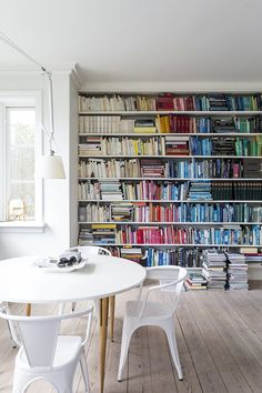 A big bookshelf filled with colour coordinated books. A very nordic home with clean and white furniture, mixed with fresh colours. Dream Furniture, White Furniture, Scandinavian Style Bedroom, Bookcase Makeover, Nordic Home, World Of Interiors, Living Styles, Dream Decor, Bookshelves