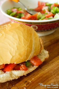Sanduíche de Salada de Tomate, Cebola e Pimentão - simples para o seu lanche de final de semana. Para ver a receita, clique na imagem para ir ao blog Manga com Pimenta.