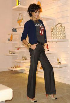 Ines de la fressange mulher elegante, camiseta rock n'roll + sapatos de salto alto poderosos