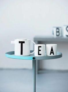 Théière et mugs. / Chez Design Letters.