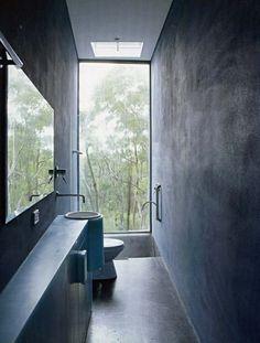 schmales bad design hochglanz weiße fliesen großes fenster | frs, Hause ideen