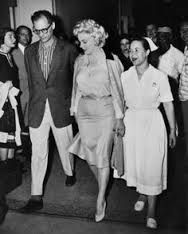 Afbeeldingsresultaat voor Marilyn Monroe leaving Lenox Hill Hospital after gynecological surgery with husband playwright Arthur Miller