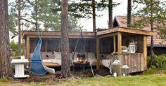 En hjemmelaget hjørnesofa med vegger og tak gjør uteplassen lunere.