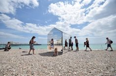 Mirrored beach hut reflects nature's beauty and beachgoers' curiosity in Sussex!
