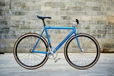 Sharp classic Cannondale frame. I would've gone with non-machine rims for the no brake setup. #fixie