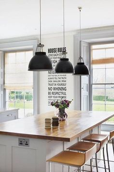 Country House Modern Chic - Kitchen Design Ideas & Pictures Best Modern Kitchen Lighting Ideas and Tips Kitchen Island Bench, Chic Kitchen, Kitchen Island Lighting, Kitchen Lighting Design, Kitchen Remodel, Modern Kitchen, Country Kitchen, Kitchen Diner, Stools For Kitchen Island