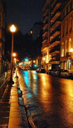 Una noche de sábado lluviosa en Recoleta a la luz de los faroles  #lluvia #faroles #recoleta #buenosaires #noche #sabado #lluvioso #febrero #verano #alvear #avenida #mirandabosch