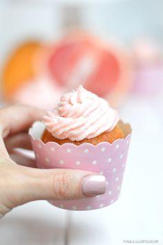 cupcake, grapefruit, miss etoile, miss, etoile, etoilé, grapefruitcupcakes, tortenständer, weiss, weisse platte, obst, rezept, muffins, muffin, cupcakeförmchen, wrapper, topping, kaffeetafel, kaffee, sonntagskaffe, rezept, fabulous, food, fabulousfood, blog, foodblog, rosa, weiss, poka dots, grapefruitcupcakes