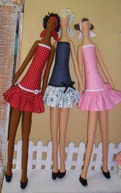 Confeccionadas em tricoline 100% algodão - cores opcionais  Cabelos lãs variadas - cores opcionais  Sapatinhos de feltro    Não acompanha suporte    VALOR UNITÁRIO R$ 90,00 Sewing Clothes, Doll Clothes, Tilda Toy, Fabric Toys, Soft Dolls, Doll Accessories, Doll Patterns, Beautiful Dolls, Doll Toys