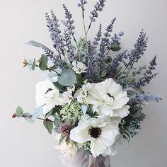 . ✳︎ bouquet ✳︎ ご依頼のシルクフラワーのブーケをお届けいたしました ご結婚おめでとうございます🕊 アネモネとラベンダー グリーンたっぷり 縦長シルエットの アームタイプのブーケです🌿 . . . #eriflowersbouquet から 今までお作りした様々なタイプの ブーケをご覧いただけます . . . シルクフラワーのブーケは 遠方での挙式や前撮りなどにも 持って行きやすく、重宝いたします ブーケをずっと残しておきたい方にもおすすめです . 大阪から直接お届けの可能な地域は 生花のブーケをお承りできます ドライやシルクフラワーのブーケは 全国発送が可能です 会場装花や、受付のデコレーションなども承ります ご依頼は、DMやメールへお気軽にご相談くださいませ . . . . . #onefinedaywdg #eriflowers #ruffledblog #bouquet #silkflowers #huffpostido #hkwedding #artificialflower #ラウンドブーケ #ブーケ #プレ花嫁 #ウェディングフォト…