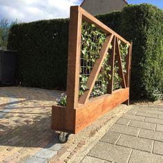 Verrijdbaar hek op de oprit. Omdat je hier in de zon kan zitten en toch privacy wilt. Idee en foto: www.vicas.nl.