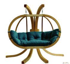 Globo+Chair+Hangstoel+tweepersoons+-+De+lariks+houten+constructie+van+deze+Globo+Hangstoel+is+geïmpregneerd+tegen+houtrot+en+dus+prima+geschikt+voor+buiten+in+de+tuin+of+op+het+terras.+Het+design+is+zo+gevormd+dat+de+hangstoel,+die+aan+een+roestvrijstalen+ketting+verbonden+is+vrij+in+de+ruimte+hangt.+Door+de+luxe+en+weerbestendige+plofkussens+kunt+u+urenlang+lekker+genieten+van+de+eerste+zonnestralen+en+ontspannen+meewiegen+met+de+lentebriesjes.+Dit+product+is+leverbaar+met+creme,+rood+...
