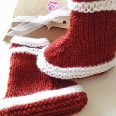 d8c4abce1702 Bottes chaussons bébé en laine rouge tomette coffret box kraft cadeau mes  premières bottes naissance baby shower