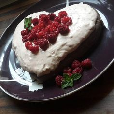 Čokoládová torta s jahodovým krémom a malinami