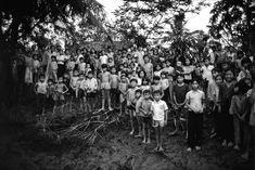 Những đứa trẻ hiếu kỳ tập trung bên bờ sông ở đồng bằng sông Cửu Long để ngắm các phóng viên ngoại quốc. Việc kết thúc cuộc chiến đã khiến dân số Việt Nam bùng nổ.
