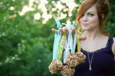 Cute and easy little DIY bird feeders.  Have to make some of these with the kiddos soon for the birdies.