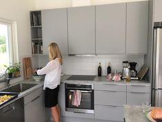Luckor Vedum Maja Grå och laminatskiva Minimal Kitchen, Smart Kitchen, Kitchen Furniture, Kitchen Decor, Kitchen Design, Grey Kitchens, Cool Kitchens, Ikea Kitchen Inspiration, L Shaped Kitchen