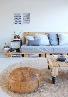 [#DIY] : Comment faire un canapé ou une banquette avec des palettes en bois, pour l'intérieur ou bien pour aménager son extérieur ? 🛠️🌺  Retrouvez notre tuto sur le blog