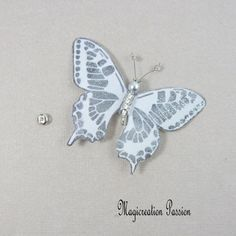 Papillon soie bouton pression gris parme 7.5 cm Insects, Creations, Support, Dimensions, Passion, Playing Card, Parma, Papillons, Silk
