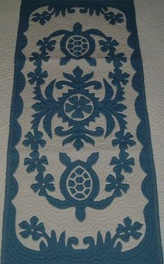 Hawaiian quilt table runner hand quilted/hand appliqued Hawaiiana by… Hawaiian Quilt Patterns, Hawaiian Pattern, Hawaiian Quilts, Hanging Quilts, Quilted Wall Hangings, Hand Applique, Applique Quilts, Quilting Projects, Quilting Designs