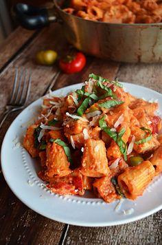 Ein Topf Spicy Chicken Riggies.  Das ist richtig, diese köstliche Mahlzeit wird in nur einem Topf, vom Kochen das Huhn so dass die Soße, zum Kochen Sie die Nudeln gemacht!  Und Sie werden nicht glauben, wie wahnsinnig lecker sich herausstellt.  Eines meiner Lieblingsrezepte aller Zeiten.
