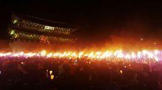 """""""<오늘의 사진> 사상 최대 전국 2백12만을 넘어선 6차 촛불. . 즉각 박퇴와 새누리 탄핵 동참을 명령하는 민의가 횃불로 타오른 날이다. 아래 사진은 광화문을 지나 청와대로 향하는 횃불부대를 시민께서 촬영해 공유해 주신 것임"""""""