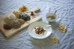 Itse tehty, hunajalla makeutettu omenamysli tuo raikkaat syysmaut esiin ilman lisättyä sokeria.  Olen koko kesän nauttinut kaikesta tuoreesta ja raikkaasta, mutta nyt yhtäkkiä löydän itseni siivoamasta ja järjestelemästä kuiva-ainekaappia. Kaivan siemen