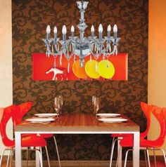 Um estilo arrojado com cores, materiais alternativos e varias tendências em um ambiente,