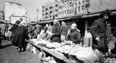 Przed Wielkanocą na Bazarze Różyckiego kwitnie handel jajami.