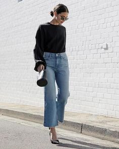 How to nail the cropped jeans trend -- my favorite picks and styling ideas for cropped, wide-leg denim based on street style starlets. Denim Outfits, Outfit Jeans, Mode Outfits, Casual Outfits, Cropped Jeans Outfit, Denim Fashion, Look Fashion, Fashion Outfits, Woman Fashion