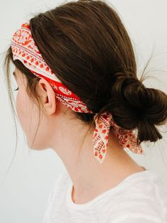 """I don't know about you, but I'm often wary of cute """"easy"""" hairstyles, because I have very fine hair that likes to slip around — no amount of hairspray can ever kept it in… Read The Post :: Fashion Source by ronsela Bandana Hairstyles Short, Pulled Back Hairstyles, No Heat Hairstyles, Easy Hairstyles For Medium Hair, Summer Hairstyles, Medium Hair Styles, Curly Hair Styles, Short Hair Bandana, Pretty Hairstyles"""