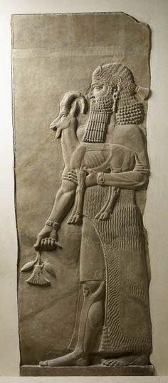 Personnage tenant un ibex et une fleur de pavot - Assyrie | Site officiel du musée du Louvre