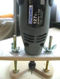Blz? Desta vez vou ensinar a galera a fazer uma base para a micro retífica Dremel e similares. É um dispositivo muito utilizado para faze...