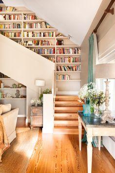 Escalera que sube de salón a librería. Auxiliares con ramos de paniculata. Tarima de pino 00421013
