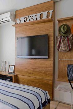 Dois paineis em freijó, em frente à cama da suíte principal, apoia a televisão e uma prateleira alta com a nova tendência em decoração: letras significativas que personalizem o ambiente. O outro exibe chapéus e bolsas trazidos das viagens a Ibiza e St. Tropez feitas pelo proprietário, o arquiteto Oscar Mikail.