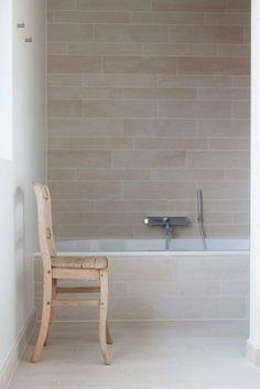De rode woning, mooie lichte badkamer, warm, niet klinisch