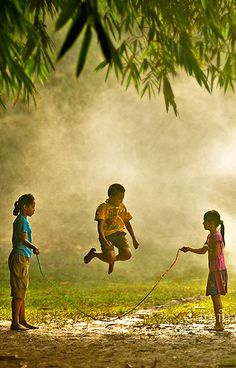 30 Magical Photos Of Children Playing Around The World Village Photography, Children Photography, Childhood Games, Childhood Memories, Precious Children, Beautiful Children, Bollywood Stars, People Around The World, Around The Worlds