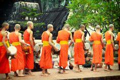 http://www.vietnamitasenmadrid.com/laos/ceremonia-entrega-limosnas.html Ceremonia de entrega de limosnas en Luang Prabang (Laos)
