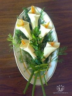 calla lilies from white cheese slices & carrot strips, scallion stems. Party foo… calla lilies from white cheese slices & carrot strips, scallion stems. First holy communion - Everything About Appetizers Cute Food, Good Food, Food Carving, Vegetable Carving, Food Garnishes, Garnishing, Snacks Für Party, Food Decoration, Food Crafts