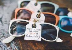 Een zonnebril als trouwbedankje, want: 'onze liefde is verblindend'..