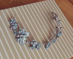 Tiara de porcelana fría en tono gris plata, azul celeste y reflejos fucsia