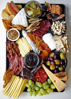 How to arranging the perfect cheese board—it is more simple than you might think. For a stunning charcuterie, fruit, and cheese plate, you just need a few staples. Plateau Charcuterie, Charcuterie And Cheese Board, Charcuterie Platter, Antipasto Platter, Cheese Boards, Cheese Board Display, Antipasta Platter Ideas, Tapas Platter, Meat Platter