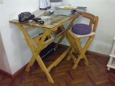 Mesa para diseño y butaca, construídas totalmente con maderas de pallets. Design table and chair, built entirely with wood from pallets.