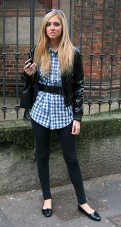 legging com blusa xadrez e sapatilha