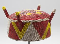 American Quilts on Mingei International Museum African Crown, African Hats, African Fashion, African Dress, Yoruba People, Tribal Hair, American Quilt, Textiles, Bead Art