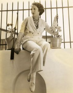 Bebe Daniels (January 1901 - March was an American actress, singer, dancer, writer and producer. Classic Hollywood, Vintage Hollywood, Hollywood Glamour, In Hollywood, Hollywood Actresses, Bebe Daniels, Hollywood Forever Cemetery, Ziegfeld Girls, Old Time Radio